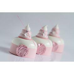 Нежные,розовые муссовые пирожные.Так мало десертов у меня в подобном оформлении...) А какие они нежные внутри!Посмотрите на внутренний…