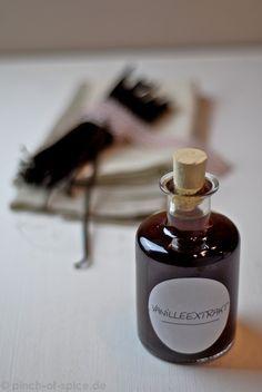 Vanilleextrakt   Zutaten für ca. 500 ml Vanilleextrakt: 250 ml Alkohol (70%) 50g Vanilleschoten 250 ml Wasser