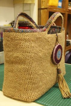Jute Crochet bag, add binding to reinforce handle Crochet Tote, Crochet Handbags, Crochet Baby Hats, Crochet Purses, Free Crochet, Purse Handles, Basket Bag, Cute Bags, Knitted Bags