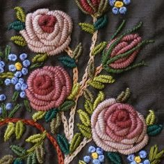 English roses y nomeolvides... Bordado a mano. Taller de Bordado Rococó, Santiago de Chile. #tallerrococo #chile #bordar #bordado #bordadoamano #bordadoenrealce #EnglishRose #forgetmenot #rosas #nomeolvides #dmc #nature #flowers #flores #beauty