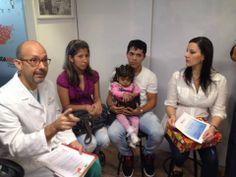 En una amena conversación, junto a los pacientes trasplantados por Fundahígado, Rosaura Alvarez y Libardo Laurens, el Dr. Pedro Rivas Vetencourt, explica al equipo de la empresa Protokol la importancia de su donativo para llevar a cabo la cirugía de la niña Dayana.