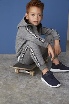Handsome Boy sitting on Skateboard Boys Summer Outfits, Baby Boy Outfits, Kids Outfits, Stylish Little Boys, Stylish Kids, Cute Kids Fashion, Little Boy Fashion, Kids Swimwear, Cute Baby Clothes
