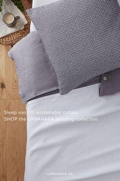 Unsere Decke Mondego wurde von unseren Partnern in Portugal aus 100% reiner Baumwolle per Hand gefertigt. Ein detailreiches, feines Diamantmuster mit leicht abgesetztem Saum verleiht der Decke ein orientalisches Flair und lässt sie zeitlos schön wirken. Dank seiner Oberflächenstruktur ist der Baumwollstoff weich und angenehm. Mondego ist somit der perfekte Begleiter für laue Sommernächte auf der Terrasse oder im Garten. Entdecken Sie mehr von URBANARA. Natural Bedroom, Soft Blankets, Linen Bedding, Bed Pillows, Pillow Cases, Portugal, Patio, Cotton Textile, Asylum