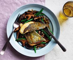 Quick fish: John Dory with shiitake mushrooms and ginger A quick pan-fry in butter, a simple side of mushrooms and green beans – dinner done. Easy Fish Recipes, Easy Dinner Recipes, Gourmet Recipes, Dinner Ideas, Smoked Trout Salad, Quick Fish, John Dory, Fish Burger