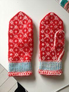 denna blogg handlar om en tant som går igång på garn, stickning, trädgård o bakning Knitting Designs, Knitting Stitches, Knitting Patterns, Crochet Patterns, Fingerless Mittens, Knit Mittens, Knitted Gloves, Wrist Warmers, Hand Warmers