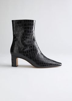 The 9 Best Clothing Styles for Petite Women | Who What Wear UK Black Chelsea Boots, Leather Chelsea Boots, Black Leather Boots, Black Ankle Boots, Leather Heels, Jeffrey Campbell, Pointed Ankle Boots, Boots Cuir, Square Toe Boots