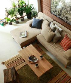 幅、奥行きの異なる、2サイズのソファーを組み合わせてつくる、「rect unit sofa(レクト ユニットソファー)」シリーズ。奥行きが長く、大人の男性でも脚を伸ばしてくつろげる、ロングタイプです。 Cosy Home Decor, Hotel Room Design, Wood Sofa, House Rooms, Sofa Set, Living Room Designs, Furniture Design, Sweet Home, Couch