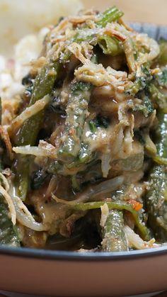 Lotek adalah sayuran yang disiram dengan bumbu kacang yang biasa disajikan bersama lontong atau nasi hangat, kerupuk dan taburan bawang merah.
