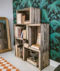 recyclage caisse a pomme, etagere de cinq caisses en bois pour ranger des livres et accessoires deco, meuble recup vintage, papier peint exotique, miroir baroque