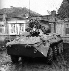 Chechen wars, a Russian armored personnel carrier. Tudor History, Modern Warfare, Armored Vehicles, Military Vehicles, Army, Gi Joe, Military, Army Vehicles