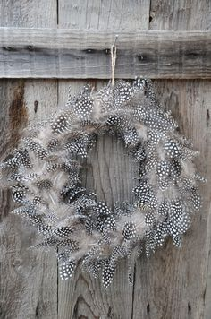 A wreath of feathers for Easter decoration and styling. Diy Fall Wreath, Xmas Wreaths, Autumn Wreaths, Easter Wreaths, Burlap Wreath, Christmas Decorations, Holiday Decor, Feather Wreath, Feather Crafts