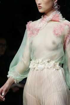 Detail at Gucci Spring 2016 Ready to Wear, Milan Fashion Week. Foto Fashion, Fashion Week, Fashion Art, High Fashion, Fashion Beauty, Fashion Design, Couture Fashion, Runway Fashion, Milan Fashion