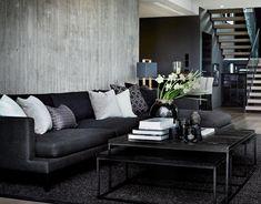 Inspirasjon: Klassisk interiør | Interiørinspirasjon.no Living Room Interior, Living Room Decor, Living Spaces, Inside Home, Black Sofa, Sombre, Cottage Interiors, Home Fashion, Cozy House