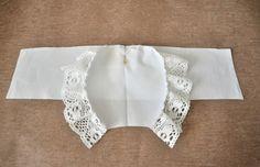 Chapéu Antigo com molde Sewing Baby Clothes, Baby Sewing, Doll Clothes, Crochet Baby Hats, Baby Knitting, Kids Patterns, Sewing Patterns, Baby Christening Dress, Baby Bonnet Pattern