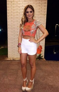 Look Carnaval: Thassia Naves Abada Customizado Cropped Short Jeans Branco - Le Fashion Quotidien