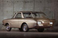 L'aube des années soixante, le bureau Renault met en chantier plusieurs prototype, en vue d'une optimisation de l'espace intèrieur.Les formes déroutantes du projet 900 sont élaborées avec l'aide de Sergio Coggiola, un ancien des ateliers Ghia. La mécanique placée en porte-à-faux arrière est un V8 de 1,7 l, développant environ 80 ch, il résulte du rapprochement de deux blocs de Dauphine, un vilebrequin spécifique ayant été créé pour l'occasion.
