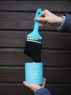 Kätke sukat maalipensselin sisään ja yllätä isä persoonallisella lahjalla. Sukkien paketointi yllättävällä tavalla. Hauska isänpäivälahjaidea.