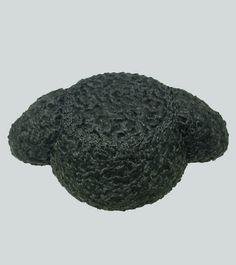 Montera de torero de astracán. La montera es el sombrero que usan los toreros en el paseíllo, está confeccionada en un tejido rizado muy parecido al cabello y abundante en terciopelo. Se utiliza para saludar en la plaza de toros y para brindar el toro. Hecha en España.