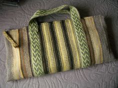 Bag made of inkle bands, with the backstrap kit inside Card Weaving, Weaving Art, Loom Weaving, Inkle Weaving Patterns, Loom Patterns, Finger Weaving, Inkle Loom, Handbag Patterns, Weaving Projects