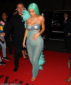 Kylie Jenner slips a mermaid-inspired dress at Met Gala afterparty Estilo Jenner, Estilo Kardashian, Kylie Jenner Mode, Sparkly Gown, Gala Dresses, Festival Outfits, Celebs, Sexy, Travis Scott