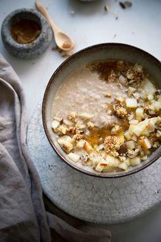 Apple Pie Smoothie Bowl - schmeckt wie Apfelkuchen zum Löffeln.