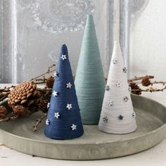 Christmas tree made of yarn – Christmas Ideas Diy Felt Christmas Tree, Cone Christmas Trees, Christmas Tree Pattern, Christmas Ornament Crafts, Xmas Crafts, Homemade Christmas, Christmas Projects, Simple Christmas, Christmas Time