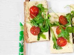 Rucola-tomaattipiirakka maistuu suolaisena purtavana esimerkiksi brunssilla. http://www.yhteishyva.fi/ruoka-ja-reseptit/reseptit/rucola-tomaattipiirakka/01357