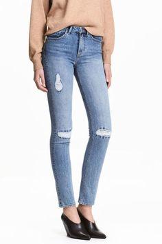 Trashed Regular Jeans: Jeans a 5 tasche in denim elasticizzato e lavato, dettagli molto consumati e rammendi. Linea aderente e vita normale. Chiusura con cerniera e bottone.