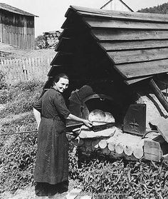 Baking bread in an outdoor Quebec oven Old Pictures, Old Photos, Vintage Photos, Wood Oven, Wood Fired Oven, Bread Oven, Bread Baking, Outdoor Oven, Outdoor Cooking