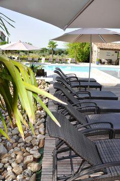 Les confortables #transats disponibles au bord de la grande #piscine ! #confort #pool #design #moderne #meuble #jardin