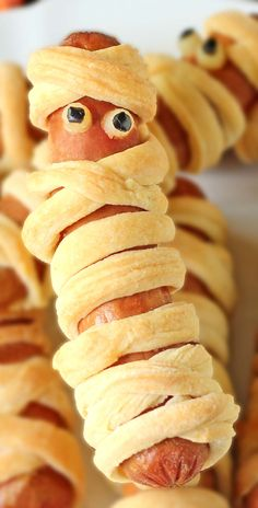 Crescent Roll Mummy Hot Dogs - For Halloween Halloween Snacks, Halloween Kids, Kid Friendly Dinner, Kid Friendly Meals, Croissant, Holiday Treats, Holiday Recipes, Mummy Hot Dogs, Party Mottos