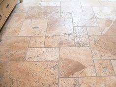 Eine graue Fugenfarbe setzt beim Travertin Rustic-Boden ganz besondere Kontraste – jonastone