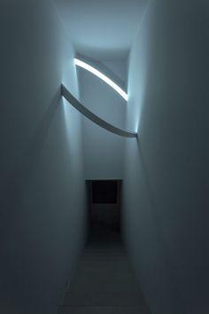 Without light is impossible to define the space. #light #lampada #luce #lamp #led #design #disegno #corridoio #corridore #Architecture #architettura #anello #ring #creativity #creatività #Innovation #innovazione