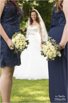 Een trotse bruid met haar bruidsmeisjes. #bruid #trouwen #bruidsboeket