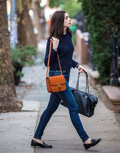 Anne Hathaway looks awesome in these classic pieces: Cable knit sweater, loafers . Loux W E A R Anne Hathaway looks awesome in these classic pieces: Cable knit sweater, loafers, jeans and a basic bag. / Anne Hathaway shows how great classics c Adrette Outfits, Moda Outfits, Fall Fashion Outfits, Fall Fashion Trends, Autumn Fashion, Office Outfits, Preppy Fall Fashion, Preppy Style Winter, Preppy Casual