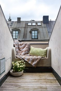 A nice little nook outside, perfect for a cup of coffee and a book :)