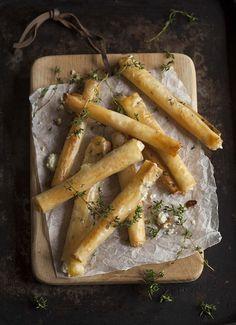 Rolinhos estaladiços de queijo de cabra com mel e tomilho