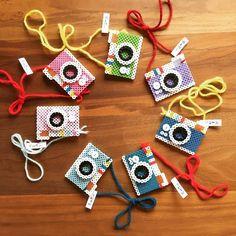 もものみなみさんはInstagramを利用しています:「うちの娘が #子ども商店街 に出店することになりました😊 これは、#アイロンビーズ の#カメラ 型 #ネックレス なんと1むすび🍙👀 娘は昔からアクセサリー作りとか大好きなんだけど、たくさん作ってもお友達にあげるばっかりなんだよね✨…」 Perler Bead Templates, Diy Perler Beads, Perler Bead Art, Pearler Beads, Melty Bead Patterns, Hama Beads Patterns, Beading Patterns, Hamma Beads Ideas, Art Perle