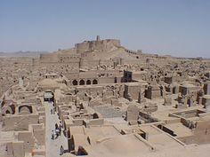 Arg-é Bam, no sudeste do Irã é a maior construção em adobe do mundo construída em 500 A.C. e habitada até 1850. Fonte: Mulher e Cia: Bioconstrução - Adobe