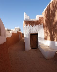 Libya Svenka Petrović More inspiration 👉 ⠀ ⠀ ⠀ ⠀ Vernacular Architecture, Ancient Architecture, Beautiful Architecture, Architecture Details, Architecture Design, African House, Natural Structures, Moroccan Interiors, Countries To Visit
