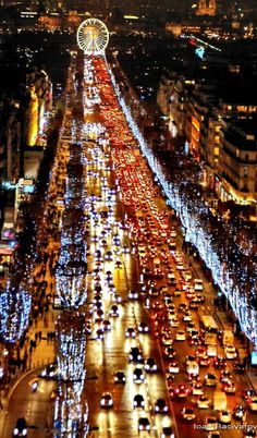 Les Champs Elysées à Noël. Paris I have this pic! Such a pretty view from the arc - still in love with paris Paris France, Oh Paris, Francia Paris, Paris Night, Paris Winter, Oh The Places You'll Go, Places To Travel, Places To Visit, Paris Travel