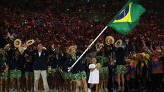 """Anfitrião dos Jogos Rio 2016, """"https://www.rio2016.com/brasil"""" Brasil terá sua maior delegação na história Olímpica, com 469 atletas. Entre eles há 316 estreantes e 36 medalhistas de edições anteriores.Quem leva a bandeira é a atleta Yane Marques, do pentatlo moderno. (Foto: Getty Images/Cameron Spencer)"""