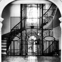 Ingresso romano ... Divano romano ... #bw #interior #architecture #blackandwhite #photo #moment #alessandrobianchi #photographer #cool #city #swag #location #iphone #iphonesia #igers #roma #rome