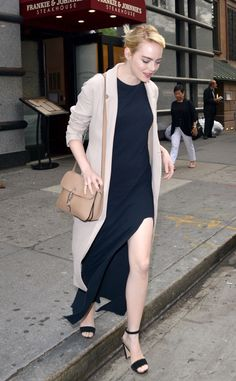 Emma Stone from The Big Picture: Today's Hot Pics Elegant Emma! The Aloha star looks sophisticated in a classic black dress and nude kimono as she leaves Frankie and Johnnie's restaurant in New York. Estilo Emma Stone, Jacqueline Macinnes Wood, Emma Stone Style, Hollywood Heroines, Hollywood Life, Classic Black Dress, Emma Roberts, Fashion Outfits, Womens Fashion