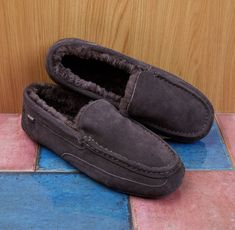 #mensshearlingslippers #shearlingslippers #mensslippers Shearling Slippers, A Good Man, Moccasins, Loafers Men, Oxford Shoes, Dress Shoes, Pairs, Good Things, Flats