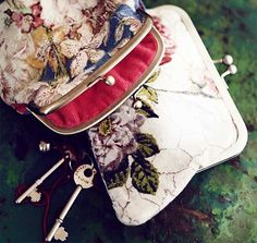 How to make a purse Sewing Crafts, Sewing Projects, Craft Projects, Craft Ideas, How To Make Purses, Country Living Magazine, Granny Chic, Do It Yourself Crafts, Craft Bags