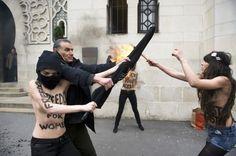 Femen soutenant Amina devant la mosquéee de Paris