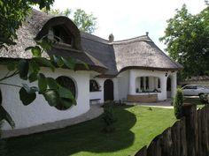 baubid.hu - A bioépítészetről Mythical Creatures, Traditional House, House Painting, How Beautiful, Hungary, Cabins, Countryside, Farmhouse, Construction