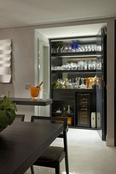 Cristaleira, adega, sala, sala integrada, armário, sala de jantar, cozinha, bar, decoração, mesa de madeira, cadeira de madeira, cadeira de jantar