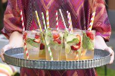 En forfriskende og sommerlig drink med lime, mynte og søte jordbær du kan servere til dine gjester.